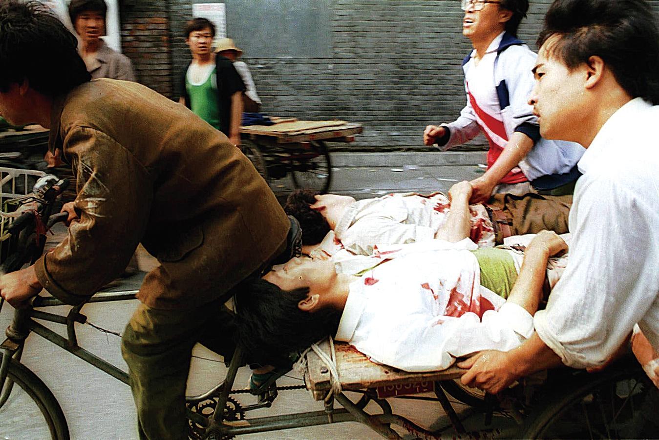 民眾救助六四遭槍擊學生。(網絡圖片)