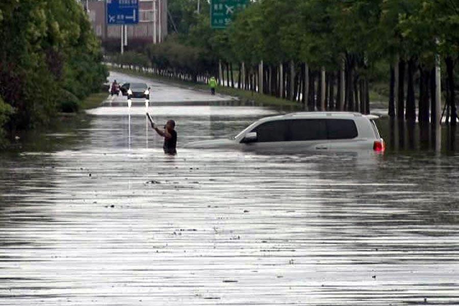 2017年6月10日,南京正方大道一段一片汪洋,最深處有一米多深,衝入積水中的越野車成了孤舟,車身被淹沒大半。(大紀元資料室)
