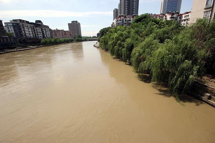 2017年6月11日,南京,內秦淮河的水西門橋、漢中門橋、清涼門橋等處,猛漲的水位已與河岸的步行道持平。(大紀元資料室)