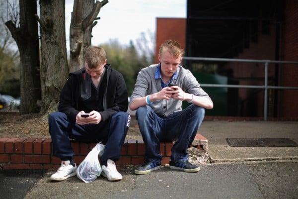 手機上的細菌數量是大多數馬桶蓋的10倍以上。(Christopher Furlong/Getty Images)