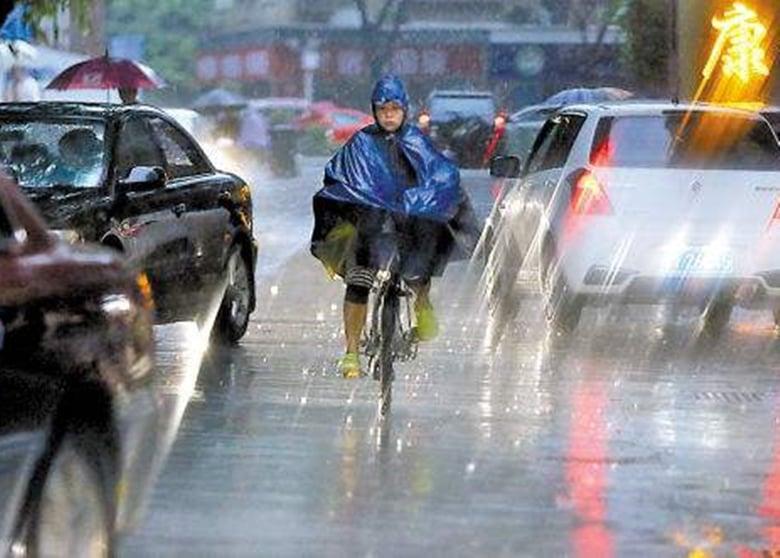 熱帶氣旋「苗柏」正迅速迫近廣東沿岸地區,預計12日晚將在深圳至汕頭一帶登陸,深圳市氣象台今日下午1時將全市熱帶氣旋藍色預警升級為黃色。(網絡圖片)