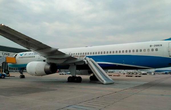 6月12日,廈門航空一航班,在準備起飛時,左翼逃生滑梯突然被放下,爆料網民指,一名女乘客因好奇觸碰了應急逃生滑梯按鈕。(網絡圖片)