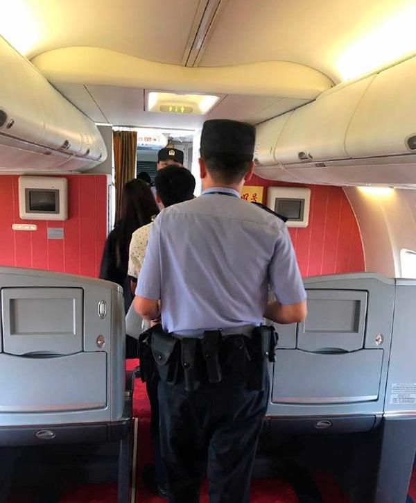 警員登上機艙調查。(網絡圖片)