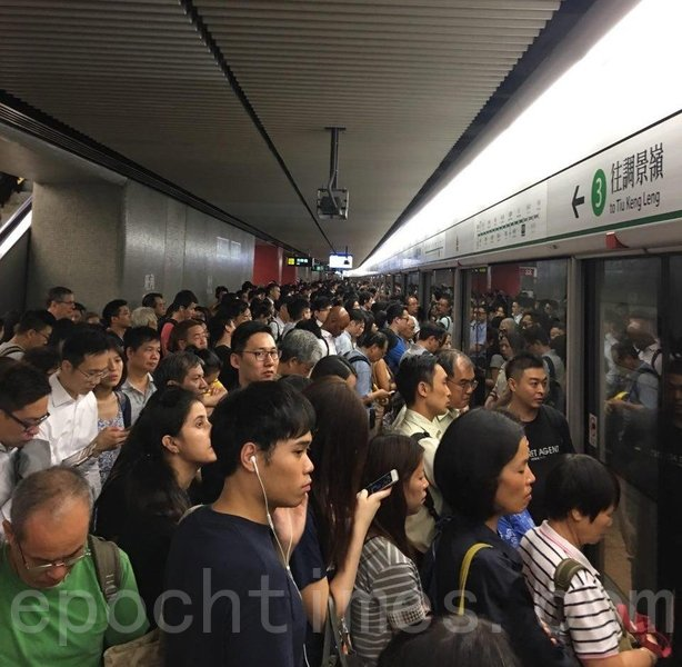 港鐵故障期間,觀塘綫多個車站月台擠滿乘客,圖為旺角站往調景領方向月台。(盛益清/大紀元)