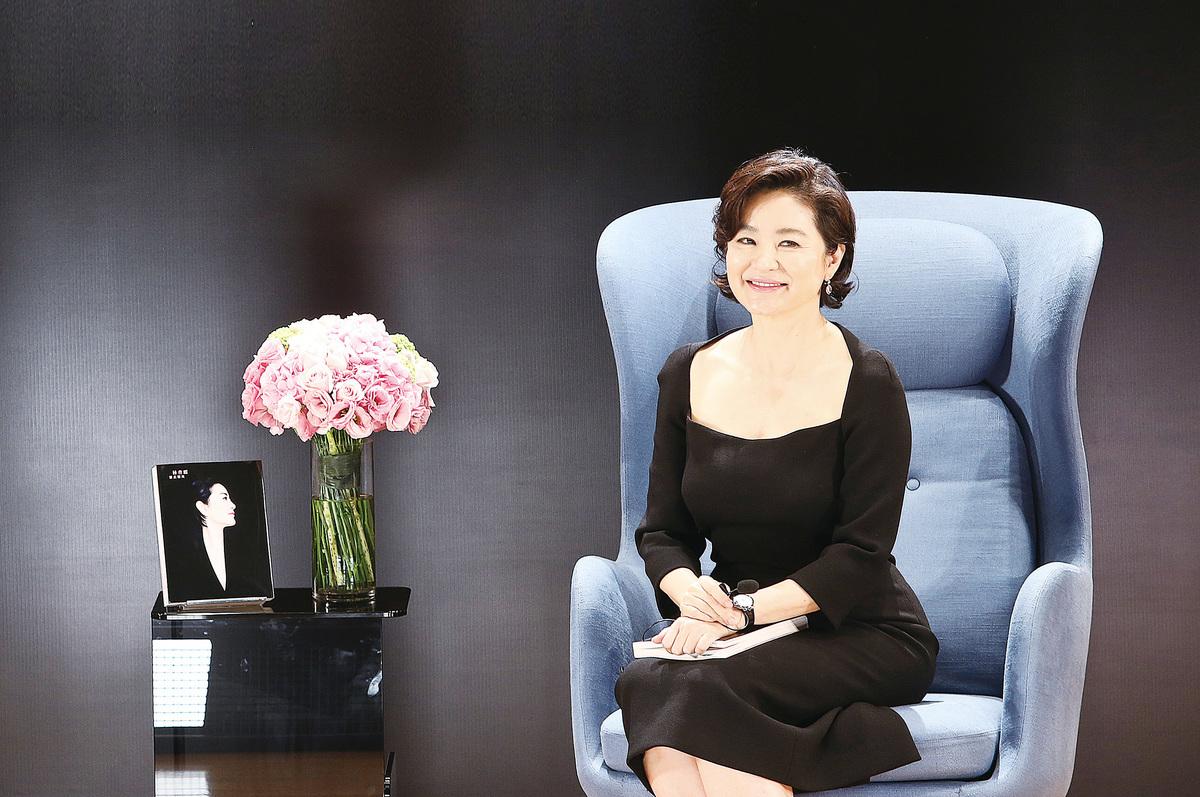 2014年,林青霞在香港大學出席第二部新書《雲去雲來》發佈會,暢談寫作心得。(余鋼/大紀元)