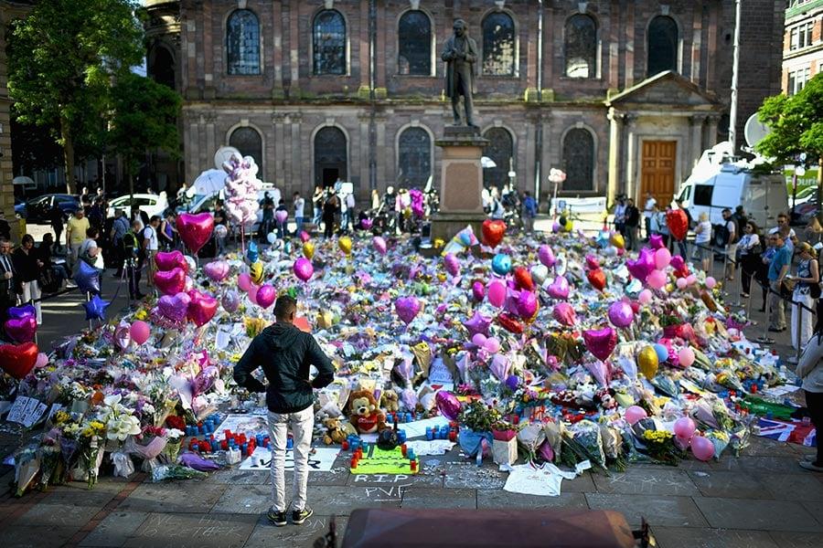 曼城市中心聖安廣場(St Ann's Square)上,公眾獻給恐襲中遇難者的禮物堆積如山。(Getty Images)