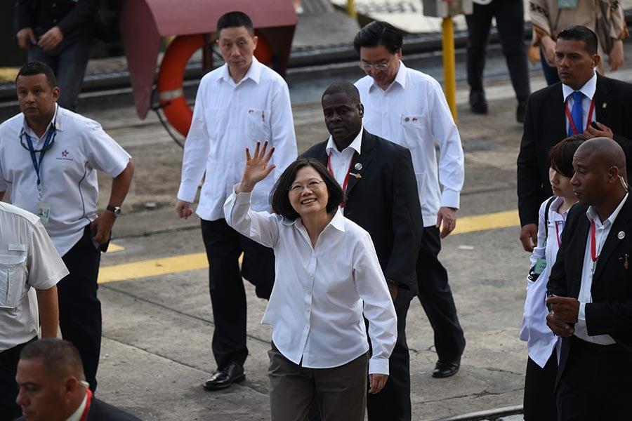 圖為台灣總統蔡英文在2016年6月25日到訪巴拿馬,並於27日參加巴拿馬運河拓寬工程開通典禮。(JOHAN ORDONEZ/AFP/Getty Images)