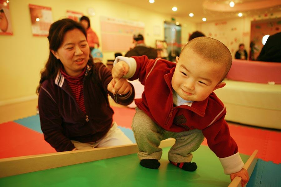 圖為一北京家長帶著小孩參加學前教育班。(GOU YIGE/AFP/Getty Images)