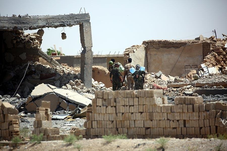 美國支持的敘利亞民主力量(SDF)從伊斯蘭武裝份子(IS)手中奪取拉卡的戰鬥周一取得進展,該部隊已經逼近老城區的城牆。(DELIL SOULEIMAN/AFP/Getty Images)