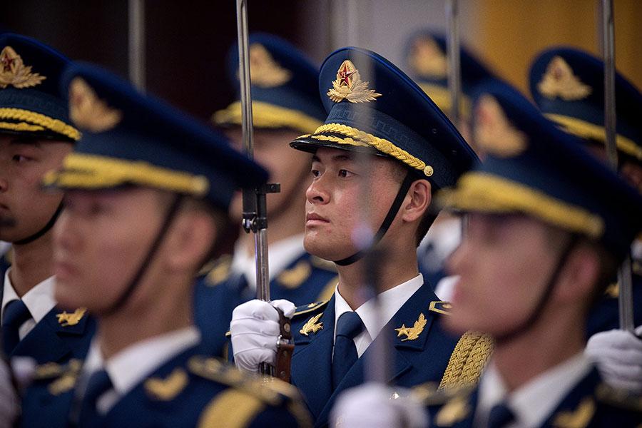 日前,習近平批准軍方新設立「八一勳章」。有分析認為,在中共十九大前,習批准頒發勳章,這是為了進一步穩固軍權和安撫軍心。(NICOLAS ASFOURI/AFP/Getty Images)