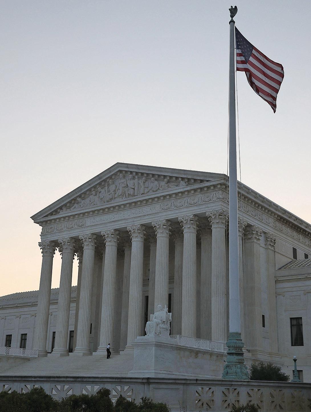 最高法院的判決強調了「男女平等」,卻讓「優待」母親條款取消。(AFP)