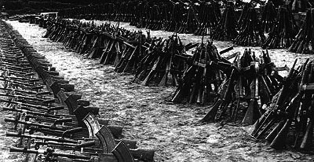 中印戰爭中,中方繳獲後返還的印軍武器。(資料圖片)