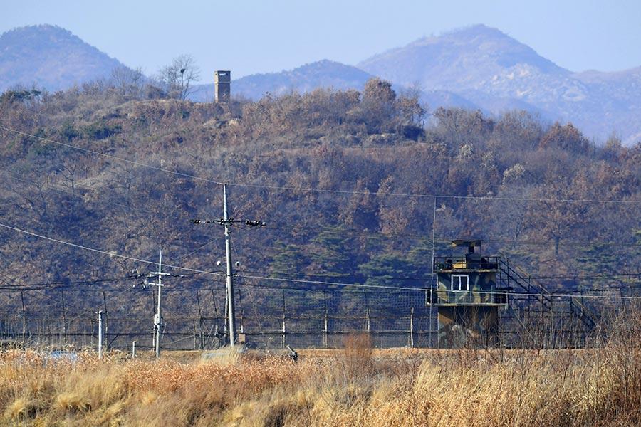 橫跨朝鮮半島,隔離南韓及北韓的DMZ,可說是全球防守最嚴密的地區,但自2016年6月以來,已有三名北韓人成功越過DMZ,他們是如何辦到的?(JUNG YEON-JE/AFP/Getty Images)