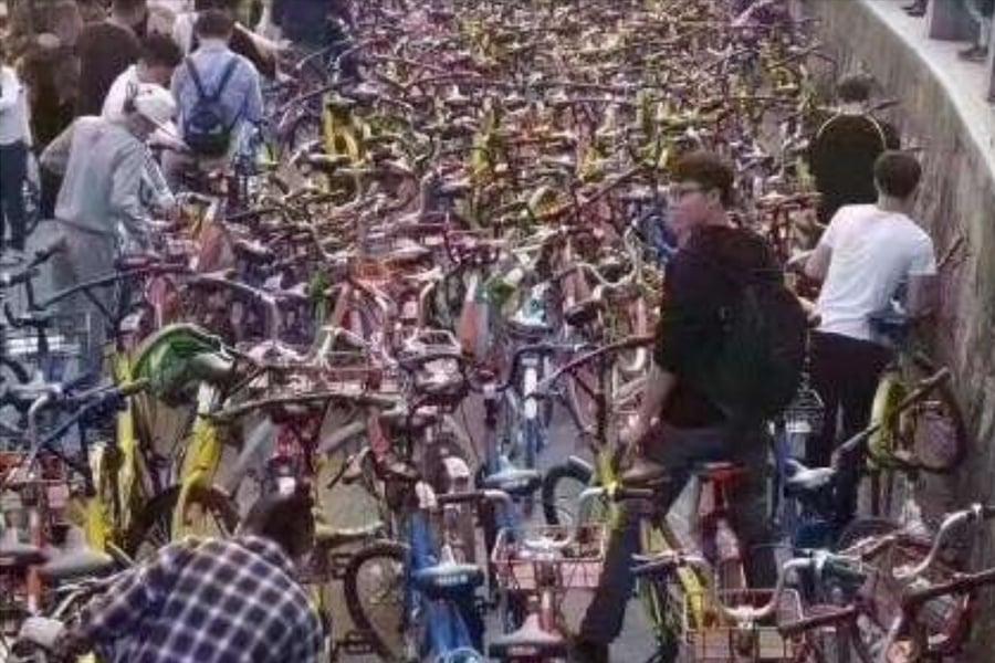 大陸共享單車負面新聞不斷被曝出。近日陸媒報道,共享單車回收難,丟棄報廢的30萬噸鋼鐵能造5艘航母。圖為路邊亂停放的共享單車。(網絡擷圖)