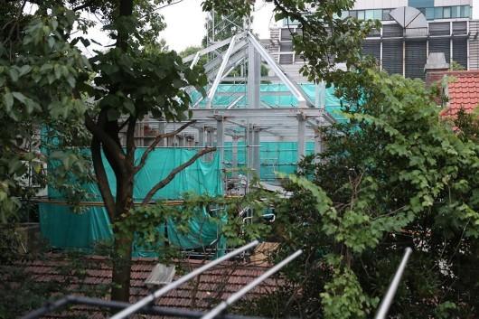 上海一棟古建築被拆除,房屋原始風貌已蕩然無存,滿眼盡是現代金屬結構。(網絡圖片)