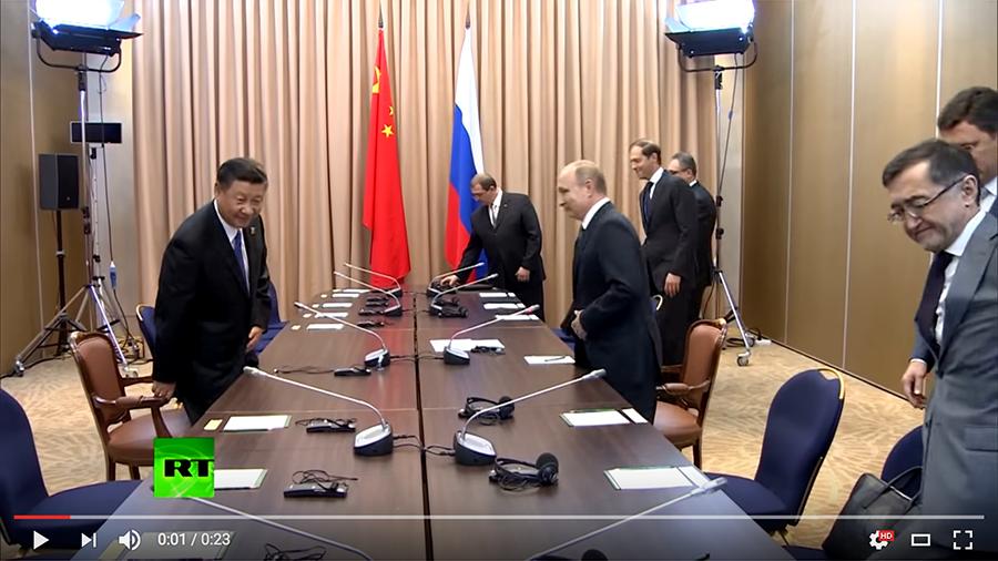 習近平日前與俄羅斯總統普京會晤時,因為中共代表團成員短暫遲到,一度出現習一人獨自會見普京團隊的罕見場面。(視像擷圖)