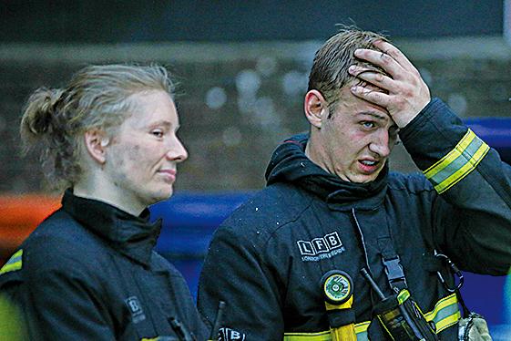 在火災現場撲救的消防員。(Getty Images)