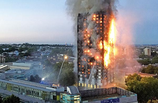6月14日凌晨,倫敦一棟公寓大廈發生大火,燃燒近12小時仍未救熄。(AFP)