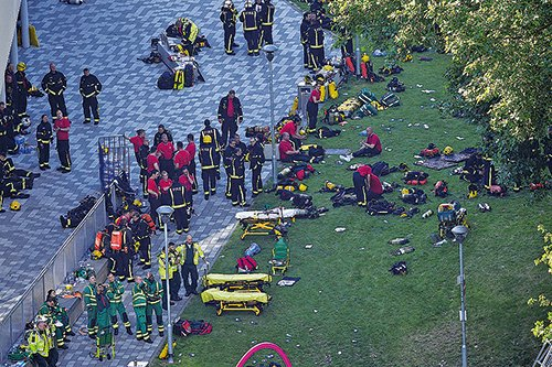 當局出動200名消防員及40架消防車到場撲救。(Getty Images)