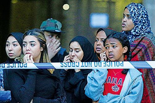 警方在現場架起封鎖線,外界一度揣測大廈有坍塌風險。(Getty Images)