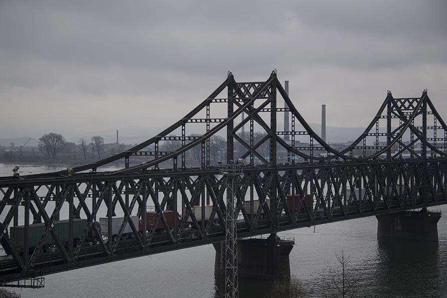 拍攝於2017年4月17日中、朝邊境中朝友誼橋上來往的貨車。有從北韓運出的煤炭,也有從中國運出的貨物。(JOHANNES EISELE/AFP/Getty Images)