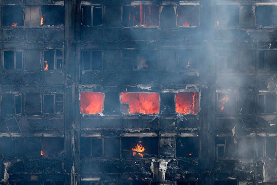 倫敦公寓樓大火連續焚燒十幾個小時。(ADRIAN DENNIS/AFP/Getty Images)