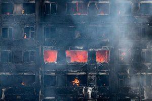 倫敦高樓大火 嬰兒被從十樓扔下保命