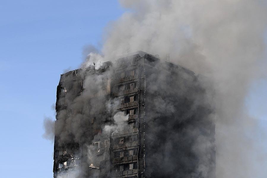 英國倫敦一棟24層高的公寓大樓14日凌晨1時發生大火,熊熊大火吞噬整棟大樓。(Carl Court/Getty Images)