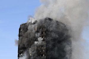 倫敦公寓樓大火恐燒通頂 警方擔心大樓坍塌