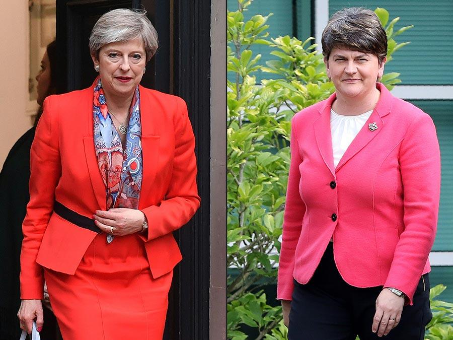 英國首相文翠珊(左)在北愛爾蘭民主聯盟黨的支持下,得以組成保守黨少數政府。右為民主聯盟黨黨魁福斯特。(BEN STANSALL, PAUL FAITH/AFP/Getty Images)