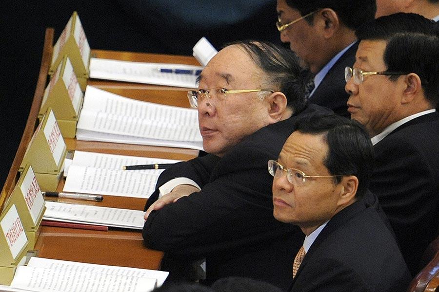2016年底,黃奇帆(中)被免去重慶市長職務,重慶市政法系統和黨政多個部門也大換血,江派勢力被大量清洗。(LIU JIN/AFP/Getty Images)