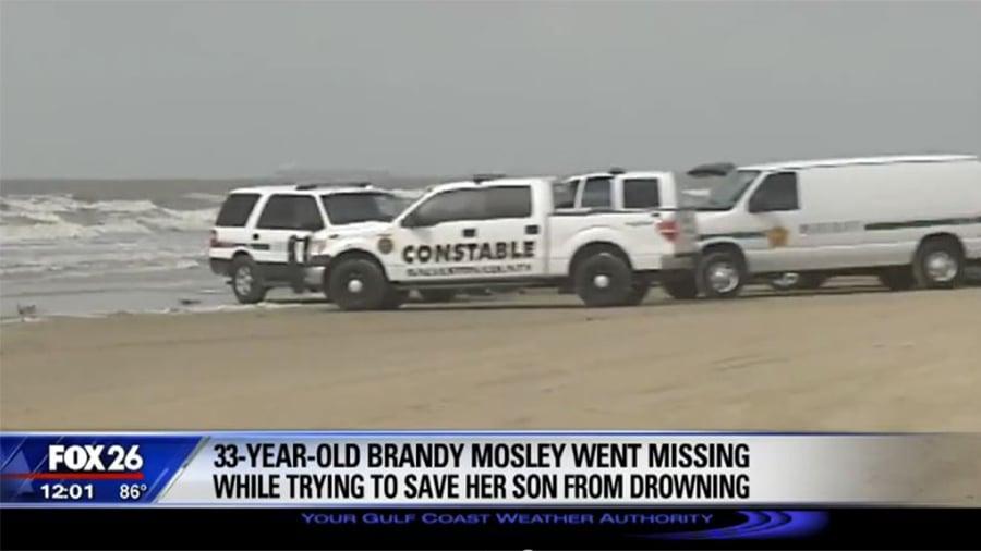 美國德克薩斯州一名母親帶著幼子在海邊玩耍,這時大浪襲來,這名媽媽為了救4歲的兒子,被海浪捲走。(視像擷圖)