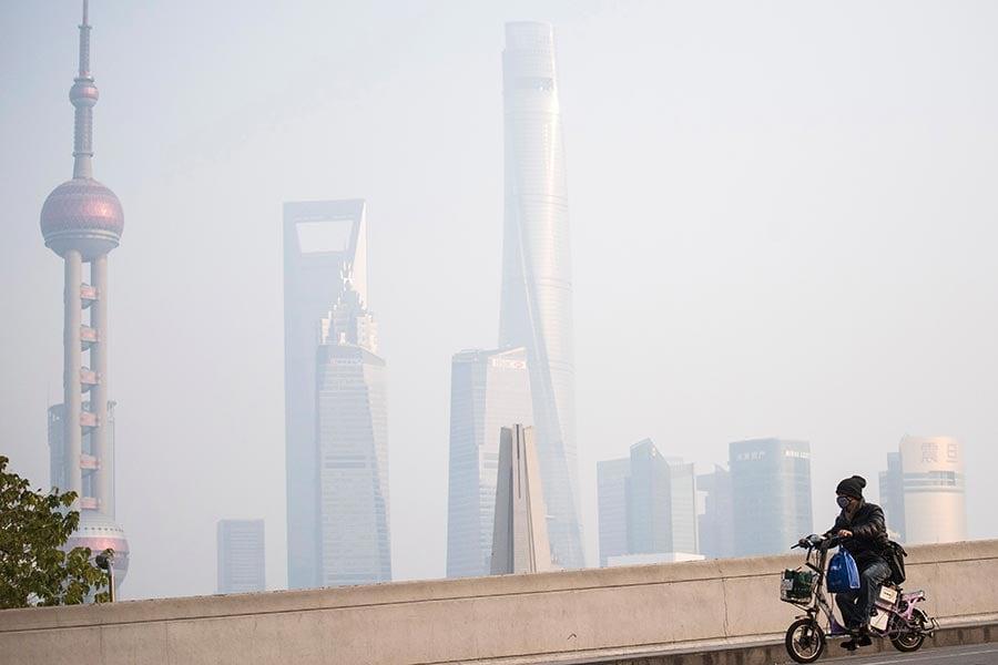 圖為上海一景,攝於2016年12月16日。(JOHANNES EISELE/AFP/Getty Images)
