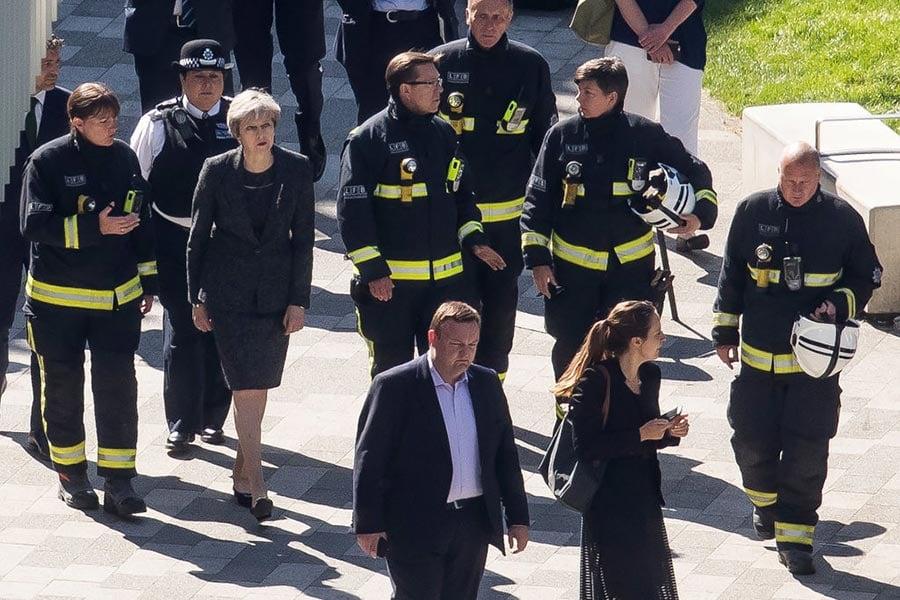 6月15日上午,英國首相文翠珊來到格林菲爾大廈的火災現場。(Dan Kitwood/Getty Images)