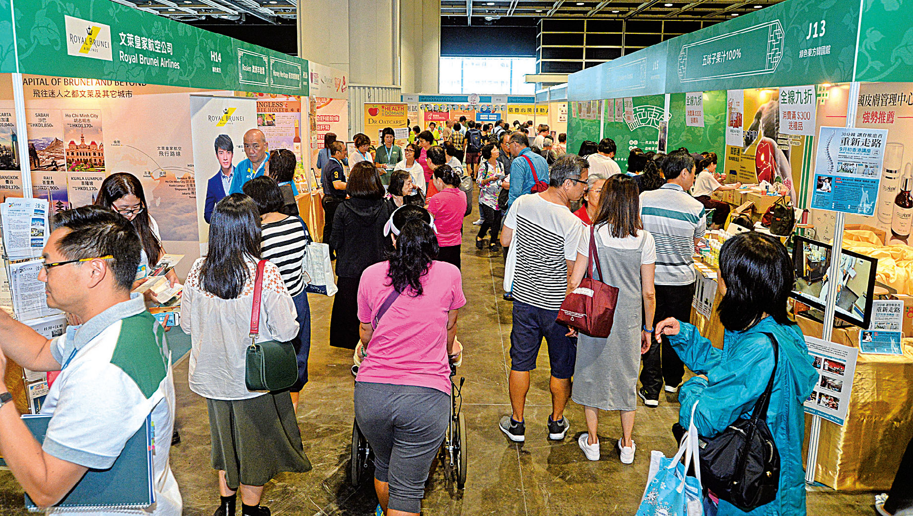 第11屆健康博覽展11日在會展開幕,今年的健康博覽設有三大健康主題專區,從保健、養生、治療、康復、健康科技等方面展出。圖為綠色東方展位。(宋碧龍/大紀元)