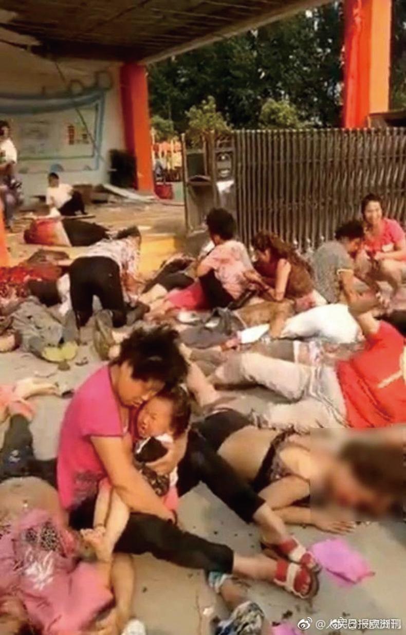 江蘇省豐縣創新幼兒園門口昨天(15日)下午近5時突然發生爆炸。根據最新傳出的影片顯示,現場血肉模糊,多人傷亡。