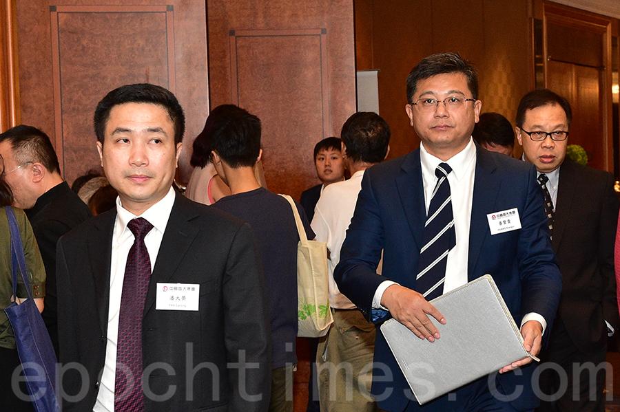 恒大昨召開股東會,首席財務官潘大榮(左)和執行董事黃賢貴(右)步出會場。(郭威利/大紀元)