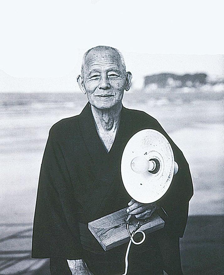 在很多電影中,笠智眾一直是慈祥寡言的父親形像。(網絡圖片)