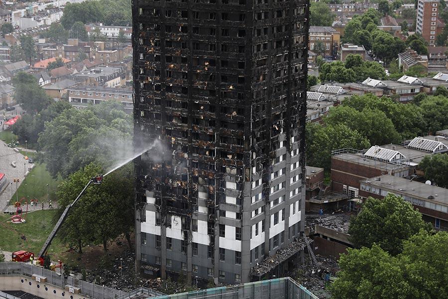 英國倫敦當地時間周三凌晨,24層樓高的格倫費爾大廈(Grenfell Tower)發生大火,周四網絡上傳出大廈內部被燒得焦黑的照片,慘不忍睹,如人間煉獄。(Dan Kitwood/Getty Images)