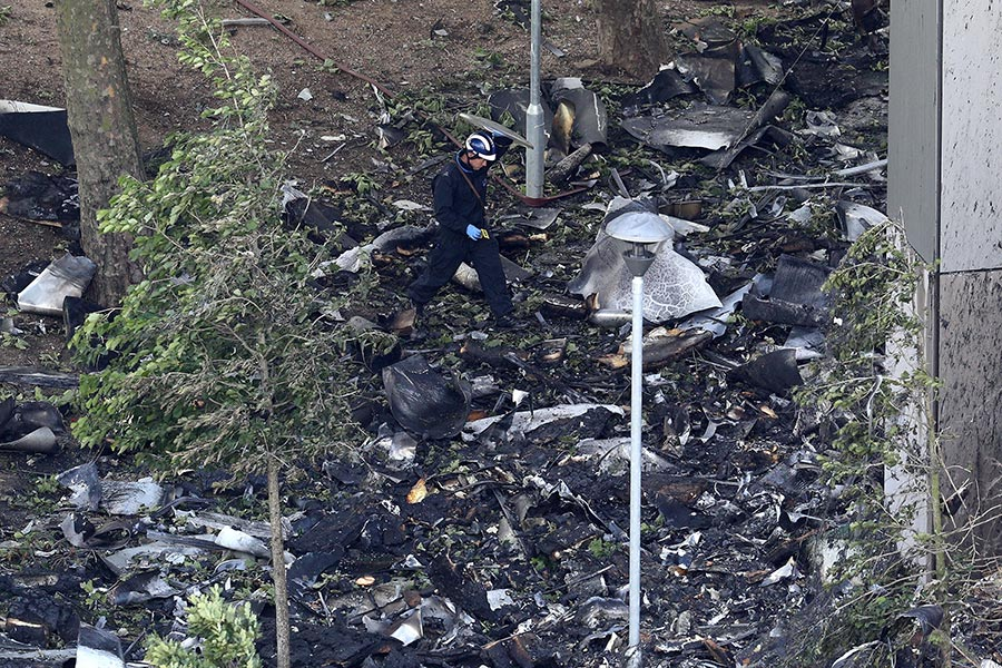 消防隊員在清理火災現場。(Dan Kitwood/Getty Images)