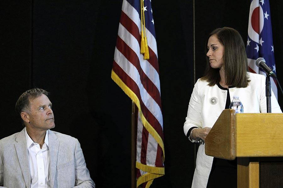 辛辛那提大學醫學中心的醫生(右)說,溫貝爾「喪失了大量腦組織」,處於無反應的虛弱狀態。圖左為溫貝爾的父親。(Bill Pugliano/Getty Images)