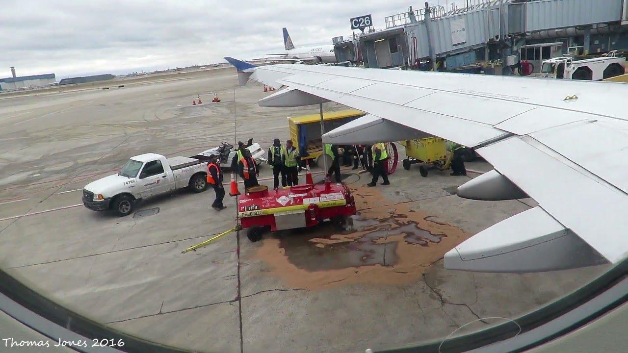 美國聯合航空日前一架從美國新澤西州紐瓦克機場飛往意大利威尼斯的客機,在機場跑道上等待起飛時,機翼大量漏油。幸虧被及時發現,航空公司隨後取消了該班航班。(YouTube視像擷圖)