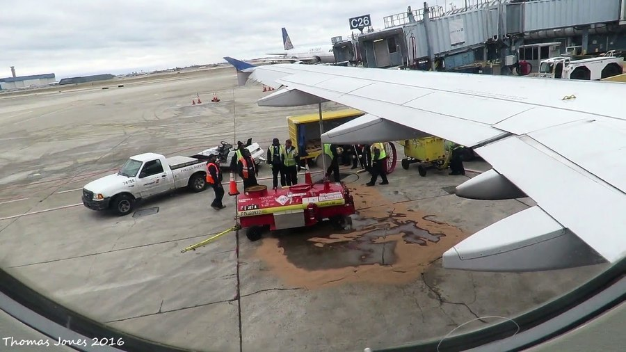 聯航客機起飛前 乘客驚見機翼漏油如瀑布