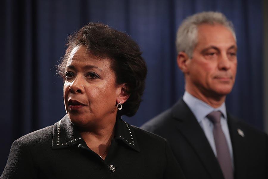 美國聯邦調查局(FBI)前助理局長卡爾斯特羅姆表示,科米調查有關希拉莉的郵件門時,前總統奧巴馬及由他任命的前司法部長林奇,多次妨礙了司法公正。圖為林奇在1月13日出席一個新聞會。(Scott Olson/Getty Images)