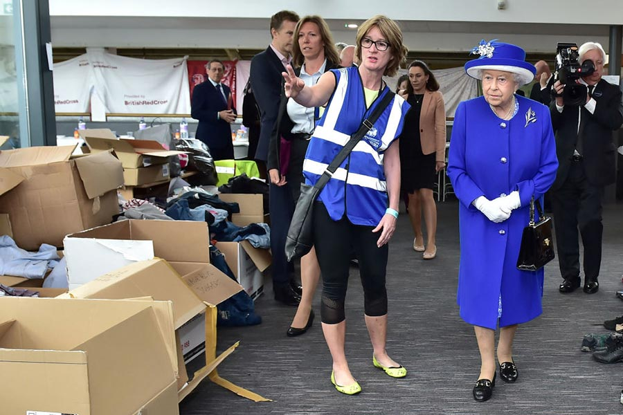 6月16日英女皇和威廉王子探望了格林菲爾大廈火災的受難者、消防隊員、志願者和社區代表。(Dan Kitwood/Getty Images)
