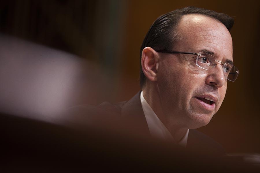 在一份非同尋常的聲明中,司法部副部長羅森斯坦說,美國人應該質疑匿名消息來源的報道。(Zach Gibson/Getty Images)
