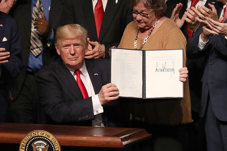 特朗普政府聲明說:「新(古巴)政策的理念是,受到壓迫的古巴人民應該成為美國與古巴島接觸的受益者,而不是壓迫者卡斯特羅政權的軍事及其附屬公司受益。」(Joe Raedle/Getty Images)