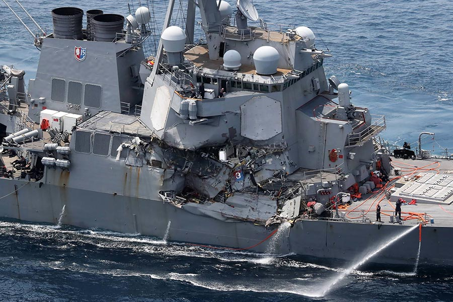 美國軍方今日(6月17日)發表聲明表示,美國海軍「菲茲傑拉德」號導彈驅逐艦(USS Fitzgerald)在日本附近海域與一艘商船相撞。圖為「菲茲傑拉德」號在相撞後的損毀情況。(STR/AFP/Getty Images)