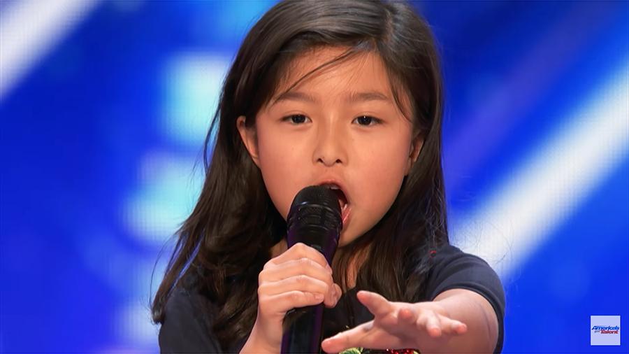 今年九歲的「香港小巨肺」譚芷昀,近日參加了美國才藝表演節目《全美一叮》,她選唱的《鐵達尼號》電影主題曲《My Heart Will Go On》。(視像擷圖)