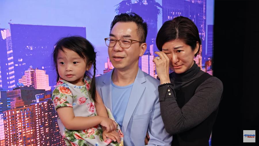 在譚芷昀獻唱期間,站在後台的譚芷昀母親更為之感動落淚。圖為譚芷昀父母及妹妹Dion。(視像擷圖)